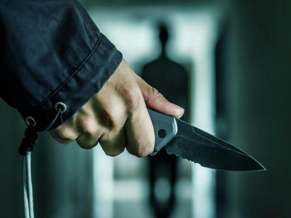 Şirvanda iki bacını bıçaqlayan keçmiş məhkum saxlanılıb