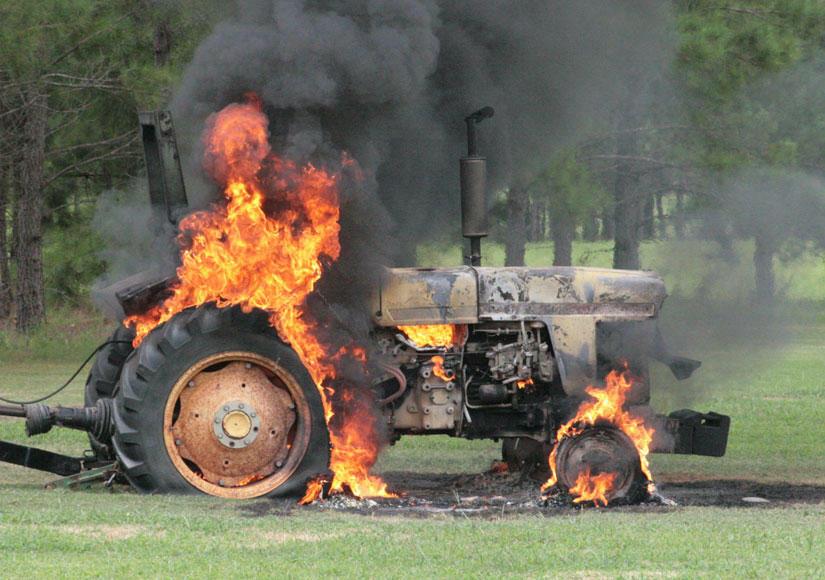 Qaxda traktor yanıb