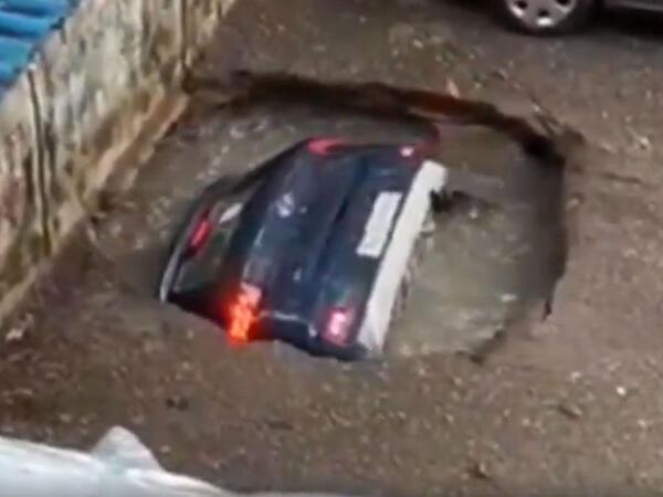 """Asfalt çökdü, avtomobil çuxura düşdü - <span class=""""color_red"""">VİDEO</span>"""