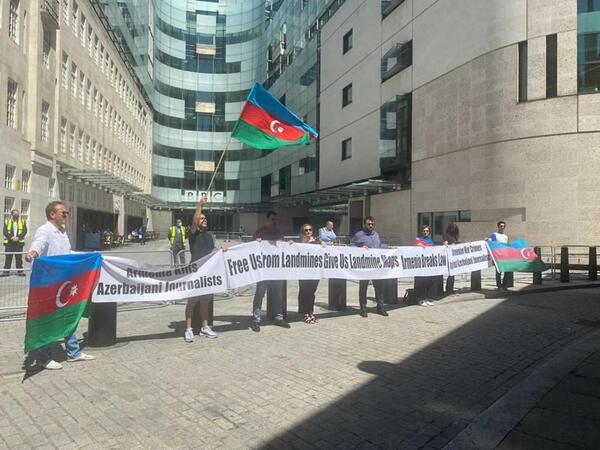 Azərbaycanlılar BBC-nin binası qarşısında aksiya keçirib - FOTO