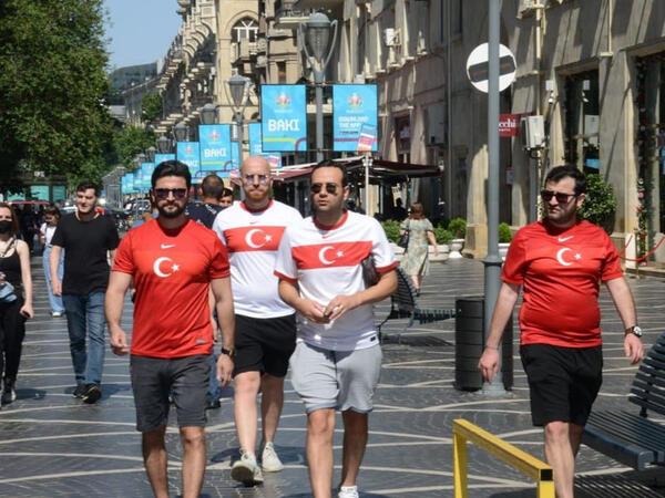 Bakıda azarkeşlər Türkiyənin oyununu gözləyir - FOTOSESSİYA