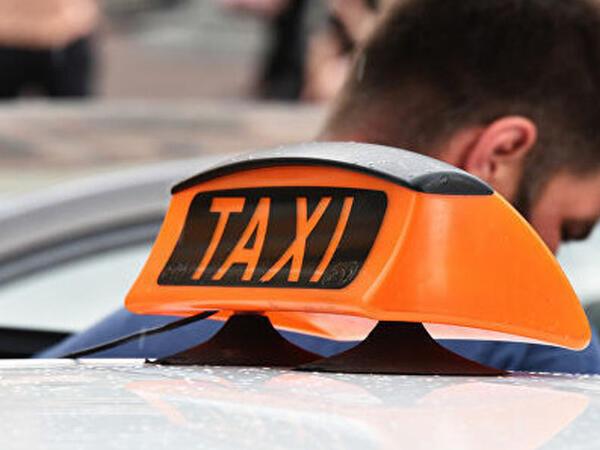 """Bakıda taksi sürücüsü müştərinin başına oyun açdı - <span class=""""color_red"""">VİDEO</span>"""