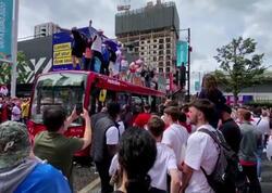 İngilis azarkeşlərin çılğınlığı: Kimisi soyunur, kimisi avtobusun damına çıxır – FOTO/