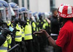 Londonda azarkeşlər 19 polisi yaralayıb