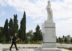 Prezident İlham Əliyev Goranboyda ulu öndər Heydər Əliyevin abidəsini ziyarət edib - VİDEO - FOTO