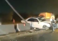"""Abşeronda DƏHŞƏTLİ QƏZA: """"Mercedes"""" betona çırpıldı - VİDEO"""
