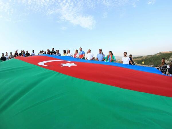 Xaricdə aksiyalarda nümayiş etdirilən iriölçülü Azərbaycan bayrağı Cıdır düzündə - FOTO