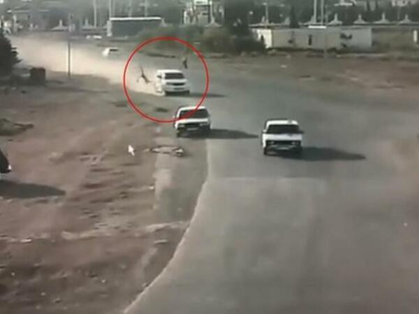 """""""Prado"""" piyadanı vurub öldürdü, daha sonra üç maşına çırpıldı - ANBAAN VİDEO"""