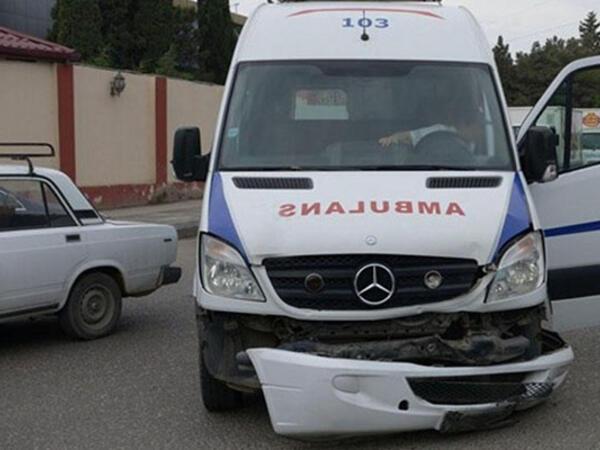 """Bakıda təcili yardım maşını """"Opel""""lə toqquşdu - 6 yaralı"""
