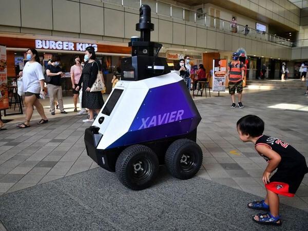 Sinqapur küçələrində asayişə robot nəzarət edir