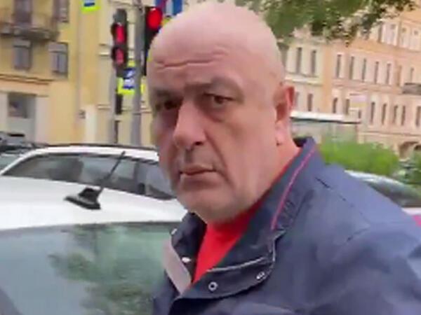 Azərbaycanlı taksi sürücüsü əlil qadını vurdu - üzünə tüpürdü - VİDEO