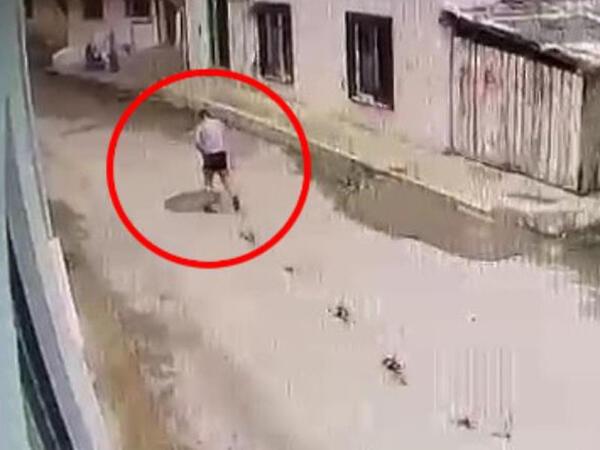 Budundan bıçaqlanan gənc yaralı halda qaçdı - VİDEO