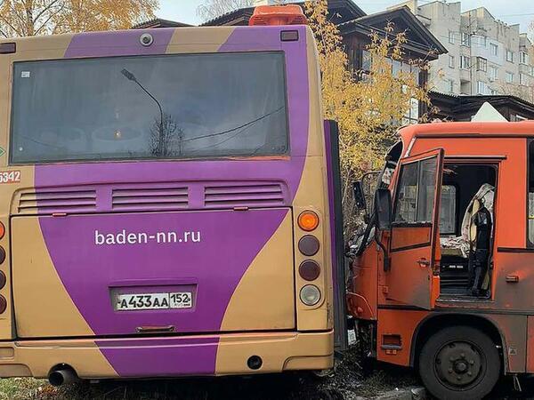"""Rusiyada yük avtomobili iki avtobusla toqquşub, <span class=""""color_red"""">onlarla insan xəsarət alıb</span>"""