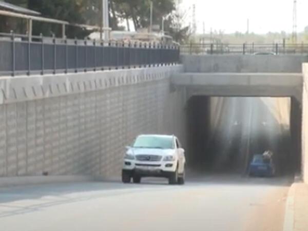 Tuneldən düşən beton parçası avtomobilə ziyan vurub - Maşın sahibi zərərin ödənilməsini tələb edir - VİDEO
