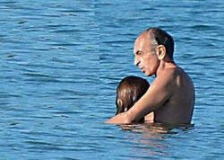 """63 yaşlı tanınmış siyasətçi 28 yaşlı sevgilisi ilə dənizdə görüntüləndi - <span class=""""color_red"""">Xanım köməkçisidir... - FOTO</span>"""
