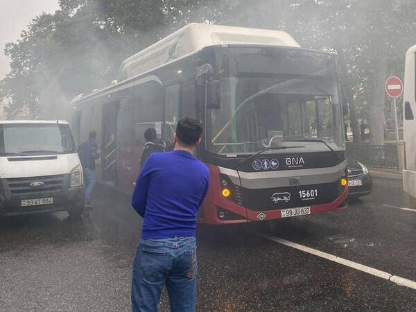 """Bakıda sərnişinlə dolu avtobus tüstüləndi - <span class=""""color_red"""">FOTOlar</span>"""