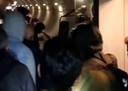 """İstanbul metrosunda sərnişinlər tunelə düşdü - <span class=""""color_red"""">VİDEO</span>"""