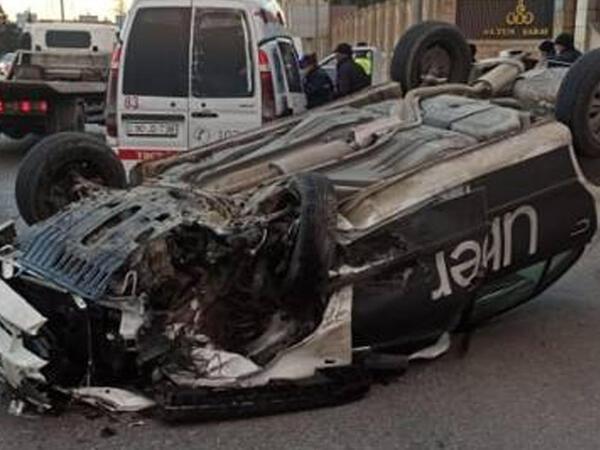Bakıda ağır yol qəzası: Taksi aşdı, yaralılar var - FOTO